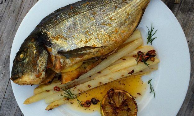 Varmrökt Seabream fylld med örter citron och grillad sparris…