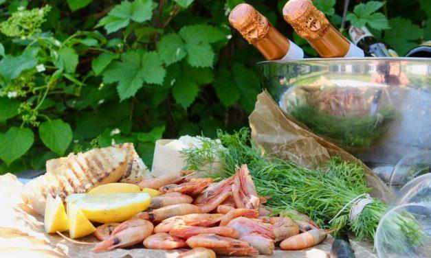 Rökta räkor med vitlöksaioli, grillat bröd och vaktelägg